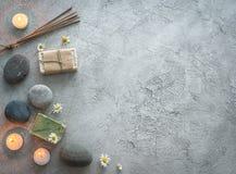 Камешки, handmade деревенское мыло с стоцветом, topview, copyspace стоковые изображения