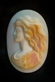 Камея с стороной девушек мать жемчуга стоковое изображение