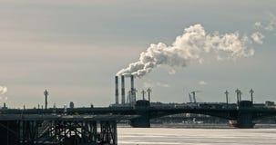 Камины фабрики куря в зиме в Санкт-Петербурге видеоматериал
