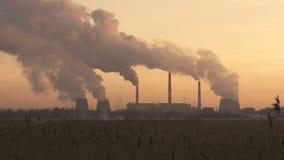 Камины электростанции на заходе солнца Концепция загрязнения воздуха видеоматериал