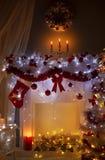 Камин рождества в ноче освещает интерьер, комнату Xmas домашнюю Стоковое фото RF