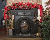 Камин рождества каменный с украшениями, красными Стоковые Изображения RF