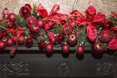Камин рождества каменный с украшениями, красным цветом и зеленым цветом Стоковое Изображение