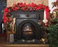 Камин рождества каменный с украшениями, красным цветом и зеленым цветом Стоковая Фотография