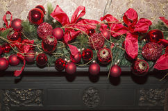 Камин рождества каменный с украшениями, красным цветом и зеленым цветом Стоковые Изображения RF