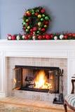 Камин рождества с безделушками и пылая огнем Стоковое Изображение RF