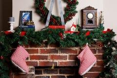 Камин рождества с носками, украшениями Стоковое фото RF