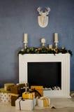 Камин рождества с свечами и подарками Стоковые Фотографии RF