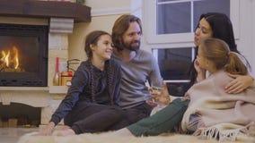 Камин счастливой семьи расслабляющий близко сток-видео