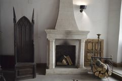 Камин с деревянным и старым стулом Стоковое фото RF