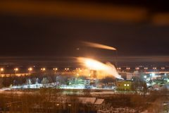 Камин фабрики пуская дым или пар по трубам в загрязнение воздуха движение дыма с нерезкостью стоковые фото