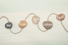 5 камней с немецким текстом для: смелость, счастье, везение, trus стоковые фото