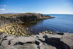 Камни базальта в других цветах на kalfshamarsvik стоковое фото