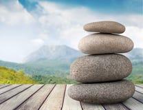 Камни базальта Дзэн на деревянном столе стоковое изображение rf