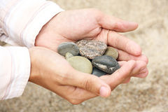 камни взморья человека s рук Стоковое фото RF
