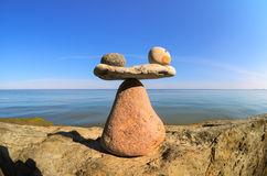 Камни в балансе на валуне стоковые фотографии rf