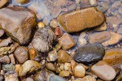 Камни в воде на береге реки Стоковое Изображение RF