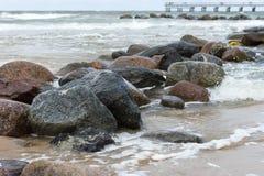 Камни в свирепствуя море Стоковые Фотографии RF