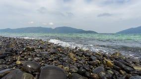 камни голубого моря камушка выдержки длиннего шелковистые развевают Стоковое фото RF