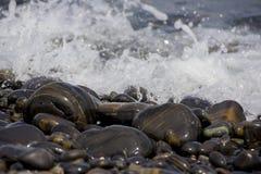 камни голубого моря камушка выдержки длиннего шелковистые развевают Стоковое Фото