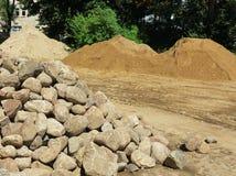 Камни, гравий и песок в месте работы стоковые изображения