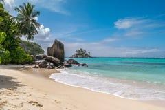 Камни гранита на пляже Fairyland в Anse Royale, Сейшельских островах, Африке стоковая фотография