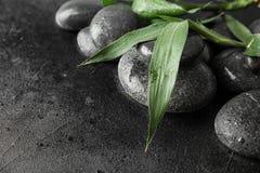 Камни дзэна и бамбуковые листья на черном, крупный план Космос для текста стоковые изображения