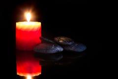 Камни Дзэн и ароматичные свечи. Стоковое фото RF