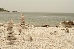 Камни Дзэн на пляже Rovinj, Хорватии Стоковая Фотография