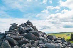 Камни Дзэн на утесе на предпосылке голубого неба на Utsukushigah Стоковое фото RF