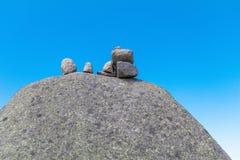 Камни Дзэн на утесе для раздумья на предпосылке голубого неба Стоковые Изображения RF