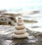 Камни Дзэн, океан предпосылки, видят, устанавливают для совершенного раздумья Стоковые Фотографии RF