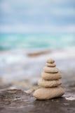 Камни Дзэн, океан предпосылки, видят, устанавливают для совершенного раздумья Стоковые Изображения RF