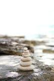 Камни Дзэн, предпосылка океан для совершенного раздумья Стоковые Изображения
