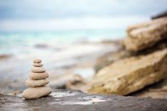 Камни Дзэн, предпосылка океан для совершенного раздумья Стоковые Фотографии RF