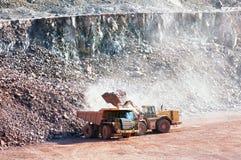 Камни загрузки движенца Eath на тележке dumper Стоковая Фотография