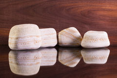 Камни известки на стеклянном столе Стоковое фото RF