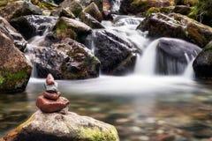 Камни и вода дзэна стоковая фотография rf