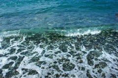 Камни и волны моря на пляже r стоковое фото