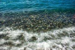 Камни и волны моря на пляже r стоковая фотография rf