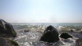 Камни и морские волны видеоматериал