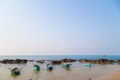 Камни и рыбацкие лодки Phu Quoc, Вьетнам стоковое изображение