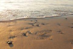 Камни камешка на песке пляжа, восходе солнца стоковое изображение rf