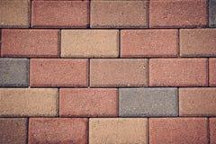 Камни кирпича вымощая на тонизированном тротуаре, Стоковые Фотографии RF