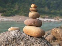 Камни клали вне пирамидой на речной берег стоковые изображения rf