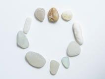 Камни клали вне на круг на белой предпосылке Стоковое Изображение