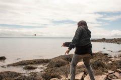 Камни маленькой девочки прыгая Стоковые Фото