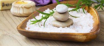 Камни массажа курорта и соль для принятия ванны, терапия курорта и setti здоровья Стоковая Фотография RF