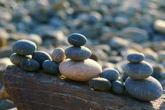 камни моря в форме пирамиды стоковое изображение rf