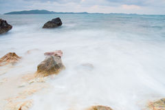 камни моря на во время дожде, национальном парке ya laem khao, провинции rayong, Таиланде Стоковые Фотографии RF